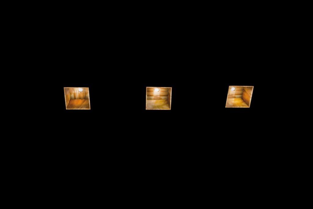 Lampada a luce diretta con diffusore realizzato in marmo di spessore sottile lavorato e lucidato a mano, con sorgente luminosa a led. I componenti tecnici del corpo lampada risultano occultati alla vista, lasciando il corpo luminoso essenziale.